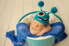This Monster Hat has cute Pom-Pom Antennas and is absolutely adorable for Halloween, dress-up, parties, pictures, and more. This adorable hat would be so cute for newborn pictures, photography props,