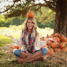 Here is Fall Photoshoot Outfit Ideas Collection for you. Fall Photoshoot Outfit Ideas family photo shoot outfit ideas from a Cute Fall Pictures, Fall Family Pictures, Fall Photos, Fall Pics, October Pictures, Halloween Pictures, Senior Year Pictures, Senior Photos, Fall Senior Pics
