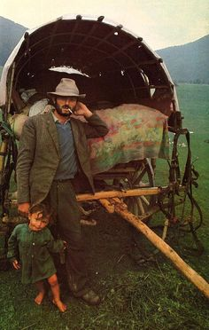 Gypsy wagon, man and child Gypsy Caravan, Gypsy Wagon, Gypsy Life, Gypsy Soul, Hippie Life, We Are The World, People Of The World, Fotojournalismus, Gypsy Culture