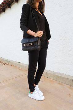 costume-avec-basket-pantalon-chemise-et-veste-noirs-sac-à-main-en-cuir-bijoux-en-or