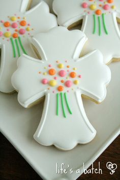 Beautiful Easter Cross cookies via Life's A Batch. Cross Cookies, Fancy Cookies, Holiday Cookies, Iced Sugar Cookies, Royal Icing Cookies, Cupcake Cookies, Christening Cookies, Easter Cross, Cookie Designs
