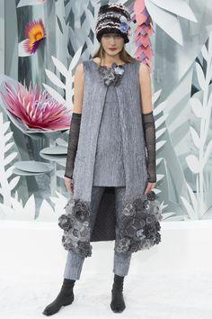 Les bonnets à voilette du défilé Chanel haute couture printemps-été 2015 http://www.vogue.fr/mode/news-mode/diaporama/les-bonnets-voilette-du-dfil-chanel-haute-couture-printemps-t-2015/18788/carrousel#le-dfil-chanel-haute-couture-printemps-t-2015