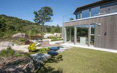 GRESS: Hagen har fått et nyanlagt plenområde. Foto: Pandora Film