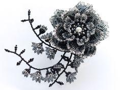 モノトーンの小花付きキラキラビーズコサージュ
