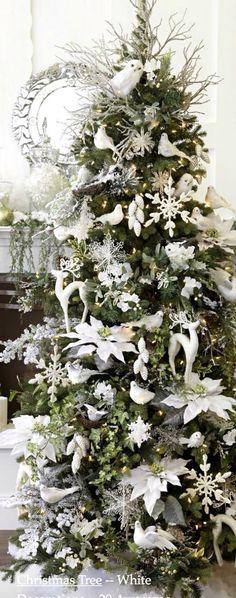 Arbol navidad con poinsetias blancas.