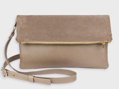 Foldover-Tasche Finja mit Umhängeriemen – Taupe | Velour aus Leder | Foldover Finja | Umhängetaschen | TASCHEN | lille mus
