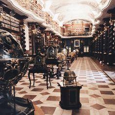 Eher klassisch geht es dagegen im Clementinum zu, dem alten Lesesaal der tschechischen Nationalbibliothek in Prag.