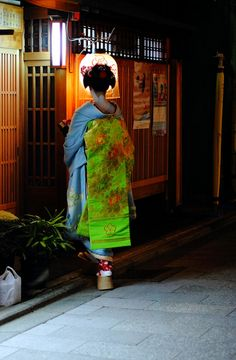 theantidote:    Miyagawacho In The Evening (by milestone505)  Kyoto, Japan