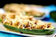 In dit koolhydraatarme gevulde courgette recept gebruiken we gehakt, champignons, paprika en oude geraspte kaas. Gevulde courgette is een gezond recept.