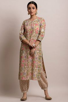 Look flawless this festive season with the. Enlivened by an enthralling floral pattern in soothing shades. Is kurta celebrates the unparalleled beauty of block-prints. Kurta Designs Women, Salwar Designs, Blouse Designs, Indian Dresses, Indian Outfits, Pakistani Dresses, Printed Kurti Designs, Kurta Cotton, Kurta Patterns
