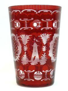 Großer Becher Rubinglas, geschliffen und geätzt.Mit Tiermotiven, Hase, Reh.Höhe: 15,5 cmDurchmesser: 10,5 cmSehr schöner und aufwendig gearbeiteter Glasbecher.