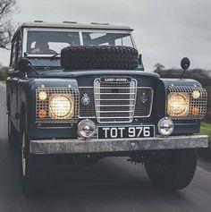 Land Rover 88 Serie III Sw in route... Frontal view speed.