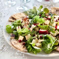 Raikas leipäjuustosalaatti ja puolukkakastike on yhdistelmä, joka sopii juhlavampaankin pöytään.