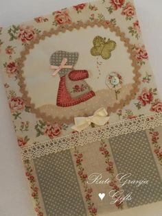 Rute Granja® Artesã ♥: Agendas Applique Quilts, Embroidery Applique, Creative Book Covers, Fabric Book Covers, Quilting, Fabric Journals, Holly Hobbie, Needle Book, Notebook Covers