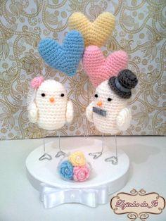 Lindo topo de bolo passarinhos com balões em formato de coração ao fundo.