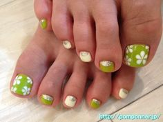 Foot nail depicting a flower of white to green