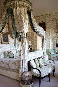 This elegant and dramatic bedroom is an absolute dream! 💚 It is located within Castle Howard in North Yorkshire, England. Castle Rooms, Castle Bedroom, Dream Bedroom, Beautiful Bedrooms, Beautiful Interiors, Luxurious Bedrooms, Bedroom Decor, Bedroom Table, Bedroom Interiors