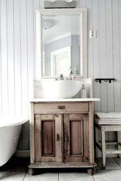 Rustic Wood Bathroom: Vanity Wood And Other Rustic Bathroom Ideas Bathroom Vanity Designs, Rustic Bathroom Designs, Rustic Bathroom Vanities, Vintage Bathrooms, Rustic Bathrooms, Bathroom Vanity Lighting, Bathroom Styling, Bathroom Storage, Small Bathroom