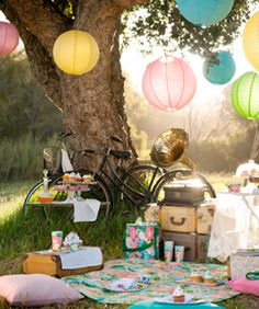 printable Picnic styled with lanterns Great website of gift basket ideas & diy gifts! for picnic ? Vintage Picnic, Vintage Tea, Vintage Party, Vintage Style, Vintage Birthday, Vintage Sweet 16, Vintage Cupcake, Vintage Props, Vintage Romance