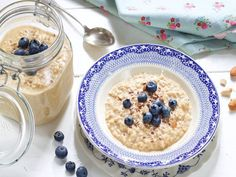 Kjøleskapsgrøt med peanøttsmør God morgen! Kjøleskapsgrøt eller overnight oats som grøten også blir kalt, er et enkelt måltid som kan … Nom Nom, Oatmeal, Breakfast, Food, Cold, The Oatmeal, Morning Coffee, Meals, Yemek