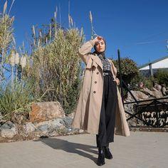 8,234 vind-ik-leuks, 20 reacties - @rimelaskina op Instagram: '#sundaymood 🌾 Bugün üzerimdekiler çok sevildi, trenç, gömlek ve pantolon hepsini çok sevdim…' Modern Hijab Fashion, Hijab Fashion Inspiration, Muslim Fashion, Modest Fashion, Stylish Hijab, Casual Hijab Outfit, Casual Outfits, Hijab Moda, Simple Hijab