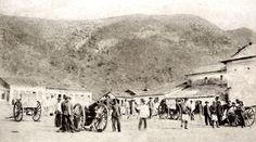 """Divisão de Artilharia Canet posando para foto na cidade de Monte Santo, base das operações do exército brasileiro na Guerra de Canudos. Na foto estão as temidas """"matadeiras"""", apelido dado aos canhões Withworth 32, usados na última expedição militar enviada a Canudos, 1897"""