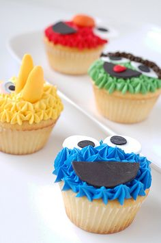 Sesame Street cupcakes by CharmPastry - Cookie Monster, Big Bird, Elmo, and Oscar! Lemon vanilla cupcakes with fondant face details. Fairy Cakes, Yummy Cupcakes, Cupcake Cookies, Big Bird Cupcakes, Vanilla Cupcakes, Seasame Street Cupcakes, Anniversaire Elmo, Cupcakes Decorados, Festa Party