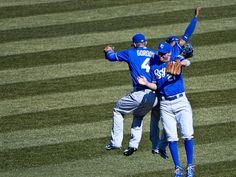 Alex Gordon (l-r), Jeff Francoeur und Jarrod Dyson springen nach dem Sieg ihrer Kansas City Royals vor Freude aneinander. Die Royals haben soeben die Chicago White Sox in der nordamerikanischen Baseball-Liga MLB bezwungen. (Foto: Tannen Maury/dpa)