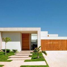 Fachadas de casas modernas - veja modelos com vidro, telhado embutido e muito mais!