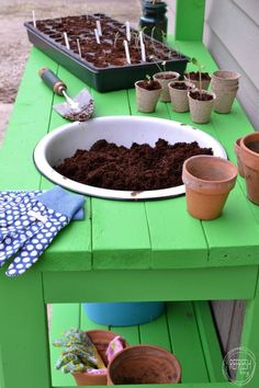 Need a potting bench for your garden shed? This DIY potting bench is a simple solution, made out of It doesn't get much easier than that! Get on track for next spring with this simple DIY project. Your garden and landscaping will thank you. Potting Bench Plans, Potting Tables, Potting Sheds, Outdoor Potting Bench, Station D'empotage, Potting Station, Diy Bank, Lean To Greenhouse, Greenhouse Plans