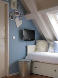 Mooie #tienerkamer met bedbank van Ikea | Pretty #teenage #bedroom with shades of blue en white