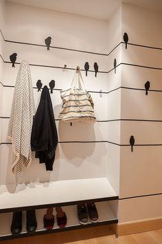 Przedpokój, korytarz, meble do korytarza, meble do przedpokoju, wieszak na płaszcze. Zobacz więcej : https://www.homify.pl/katalogi-inspiracji/15961/tydzien-mody-w-twoim-domu-przechowywanie-ubran