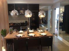 Luminárias e mesa de jantar