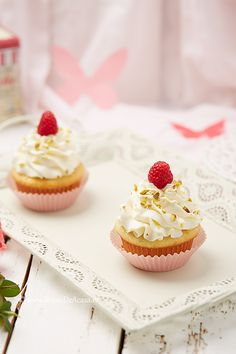 Cupcakes de Paste cu zmeura si fistic Mini Cupcakes, Cheesecake, Food And Drink, Desserts, Blog, Tailgate Desserts, Deserts, Cheesecakes, Postres