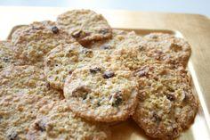 Hämmentäjä: Karpalo-valkosuklaakaurakeksit. White chocolate oatmeal cookies with cranberries.
