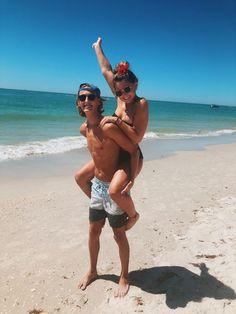 How to Take Good Beach Photos Tumblr Beach Pictures, Couple Beach Pictures, Couple Photos, Beach Photography, Couple Photography, Photography Hacks, Photography Awards, Phone Photography, Photography Magazine