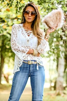 Look do dia com bata de renda e calça jeans cintura alta