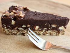 Extra čokoládová torta bez múky, cukru a pečenia - Recept Diabetic Recipes, Raw Food Recipes, Sweet Recipes, Cooking Recipes, Healthy Recipes, Healthy Cake, Healthy Desserts, Vegan Cheesecake, Sweet And Salty