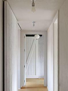 Take it easy. Cette expression anglaise définit très bien le nouvel esprit de cet appartement situé à Madrid . Ses espaces rénovés, conçus par l'architecte d'intérieur Erico Navazo invi…