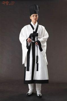 파리해파(@DB_onrein16) 님 | 트위터 - Scholar's clothing from the Joseon Dynasty Korean Hanbok, Korean Dress, Korean Outfits, Korean Traditional Dress, Traditional Dresses, Culture Clothing, South Korea Travel, Korean Men, Historical Clothing