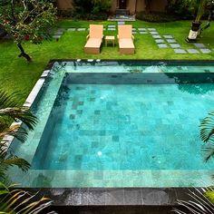 A pedra Hijau usada no revestimento dessa piscina tem rejunte praticamente nulo, o que proporciona um melhor acabamento e ainda evita o acúmulo de sujeira. Mais em ekobatu.com.br #piscinas #pedrahijau #greensukabumi #greenbalistone