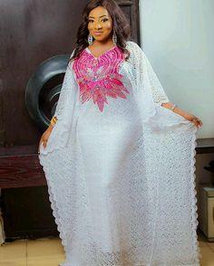 Robe tendance africaine papillon en broderie blanche de dentelle et décolleté avec le fer sur strass à ajouter à son caractère unique. Robe est livré avec un top wrapper et bustier à être porté sous et aussi un enveloppement de la tête. S'il vous plaît permettre 5-7 jours pour la
