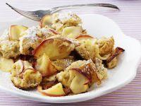 Kaiserschmarren mit Quark und Rosinen: Man kann die Mehlspeise leichter machen, zum Beispiel durch Quark und fettarmes Garen im Backofen!