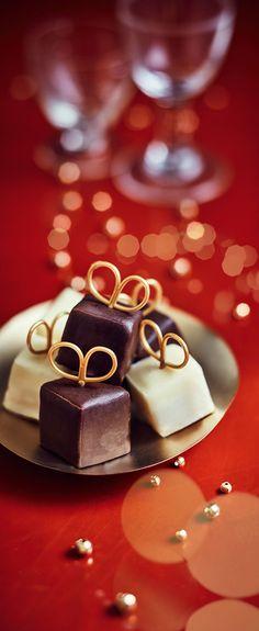 #MaTableAuSommet Ces jolis petits cadeaux au chocolat accompagneront avec beaucoup de gourmandise les cafés et thés gourmands ou se dégusteront comme des mises en bouche avant le dessert. #Mignardises #Noël #TeaTime #CaféGourmand