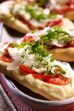 Leckere kleine Pizza-Schiffchen mit Tomaten und Ziegenkäse