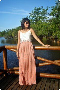 Blusa cropped de renda branca + saia longa plissada = perfeito para o fds