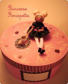 """Je vous présente mes créations en argile polymère """"L'atelier de princesse Rouspette"""" est un blog de loisirs créatifs sans prétention, de créations artisanales en pâte polymère, Fimo, il y a aussi des bijoux, figurines,différents modelages de fée doll's, kawaii... Venez donc découvrir ma passion pour le modelage et la créations en tout genre. Vous y trouverez des idées de réalisation, des astuces et des liens. Je vous souhaite une bonne visite. Lilimoon"""