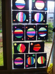 Leuk effect! Maak verschillende cirkels op zwart karton, laat ze dit uitprikken. Daarna stroken knippen en opplakken.