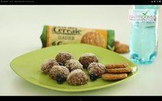 Biluţe de biscuiţi cu nucă de cocos.   Reţeta o puteţi găsi aici în format text dar şi video: http://www.babyboom.ro/bilute-de-biscuiti-cu-nuca-de-cocos/