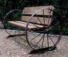 Нестандартное оформление скамьи в промышленном стиле с колесами с обоих сторон.